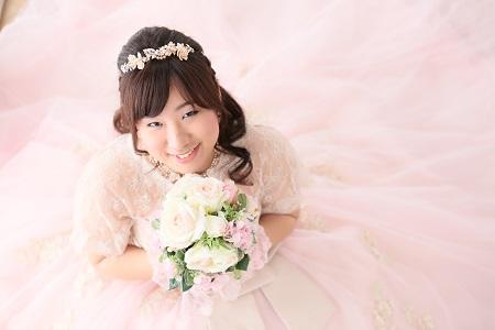 ドレスに咲く花のように素敵な笑顔です